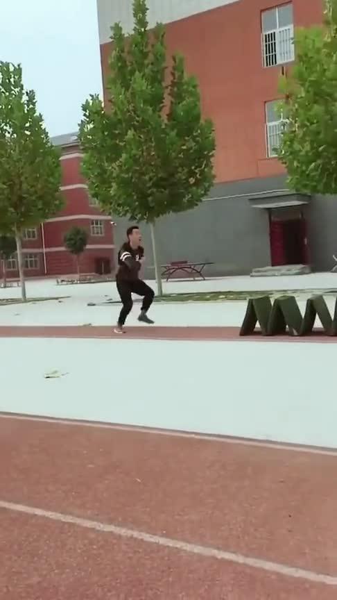 #小姐姐#这才真正的校中高手,一般的人可不敢轻易尝试跳跃