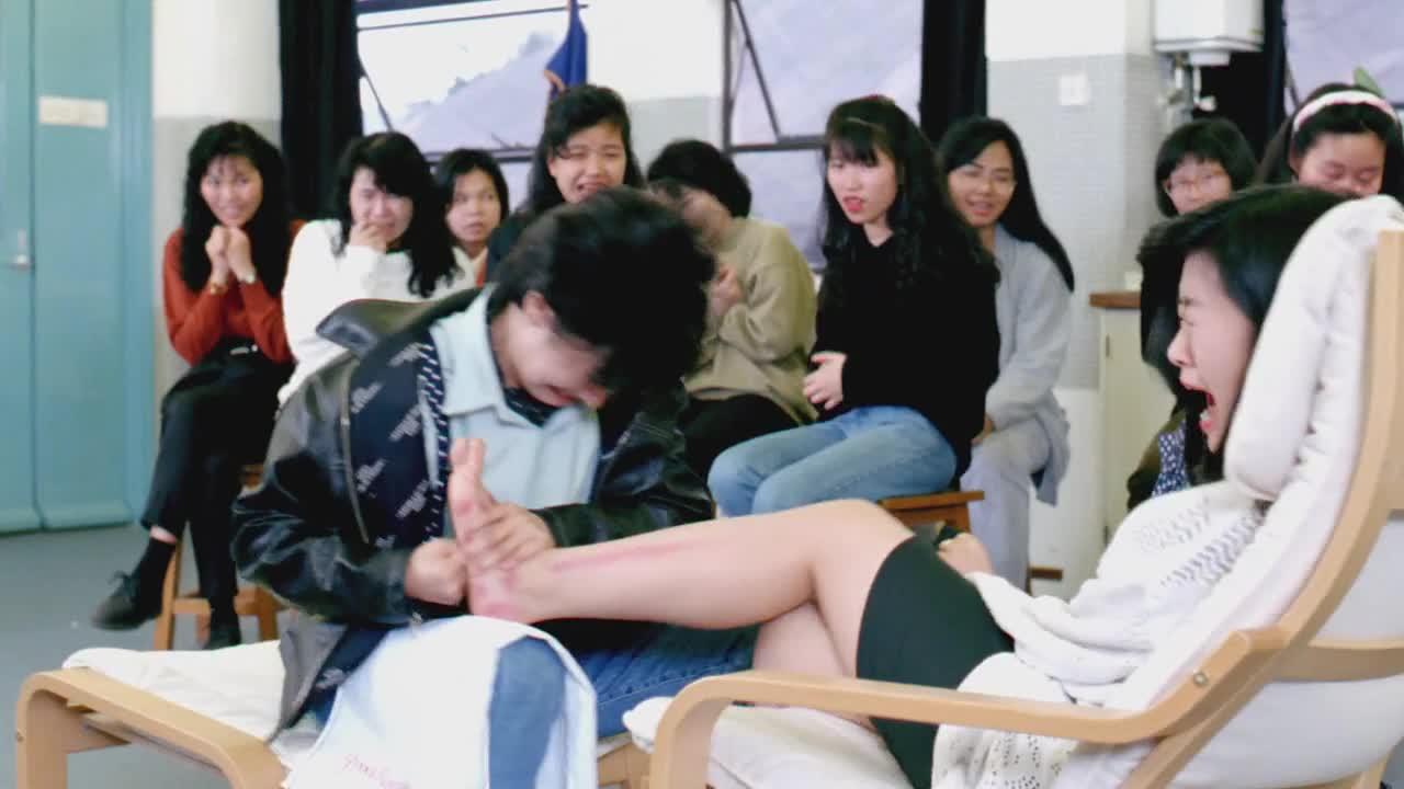男子到学校求爱,女子双脚被打残,男子却转身离去