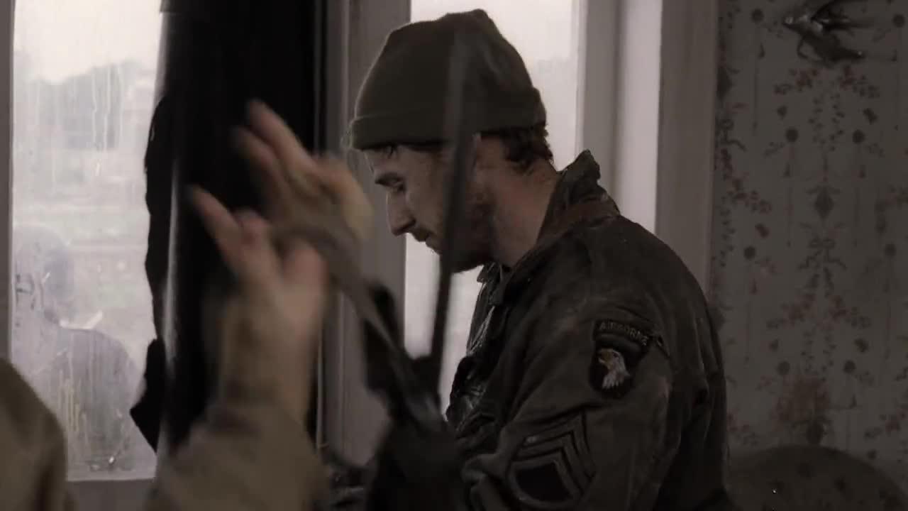男子和同伴交谈,谈论起了长官,又说到了巡逻队的事