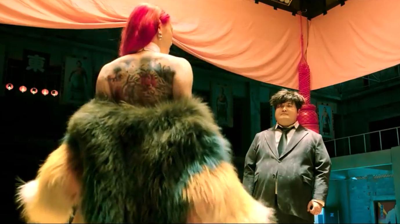 红发美女看似花瓶,一出手原来是王者!