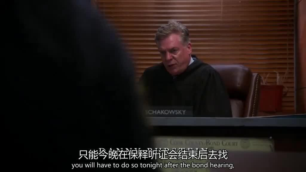 法官宣布犯罪人的决定,律师在场听证,要帮助他出狱!