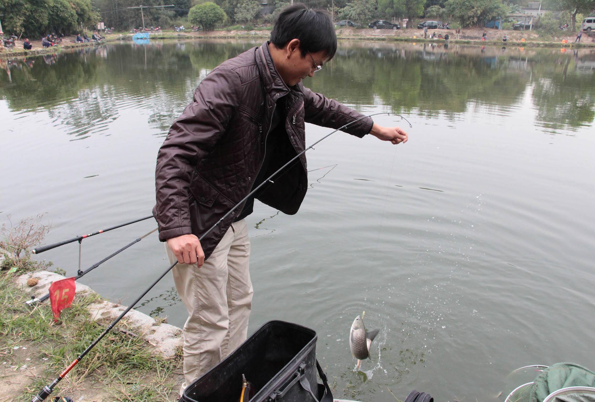 五个人才把鱼钓上来了,太厉害了