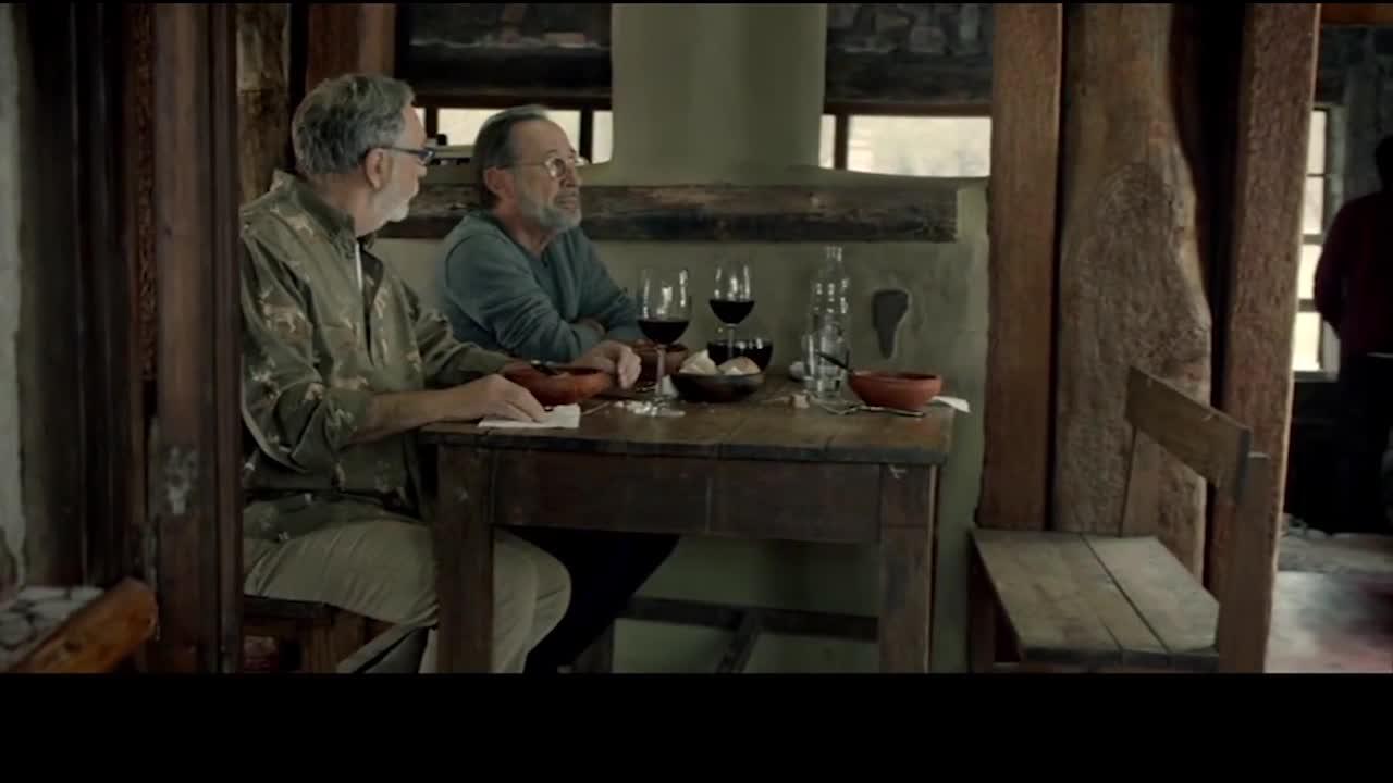 男主与画家交流,男主拿出毒药,与画家交流两人进行讨论.