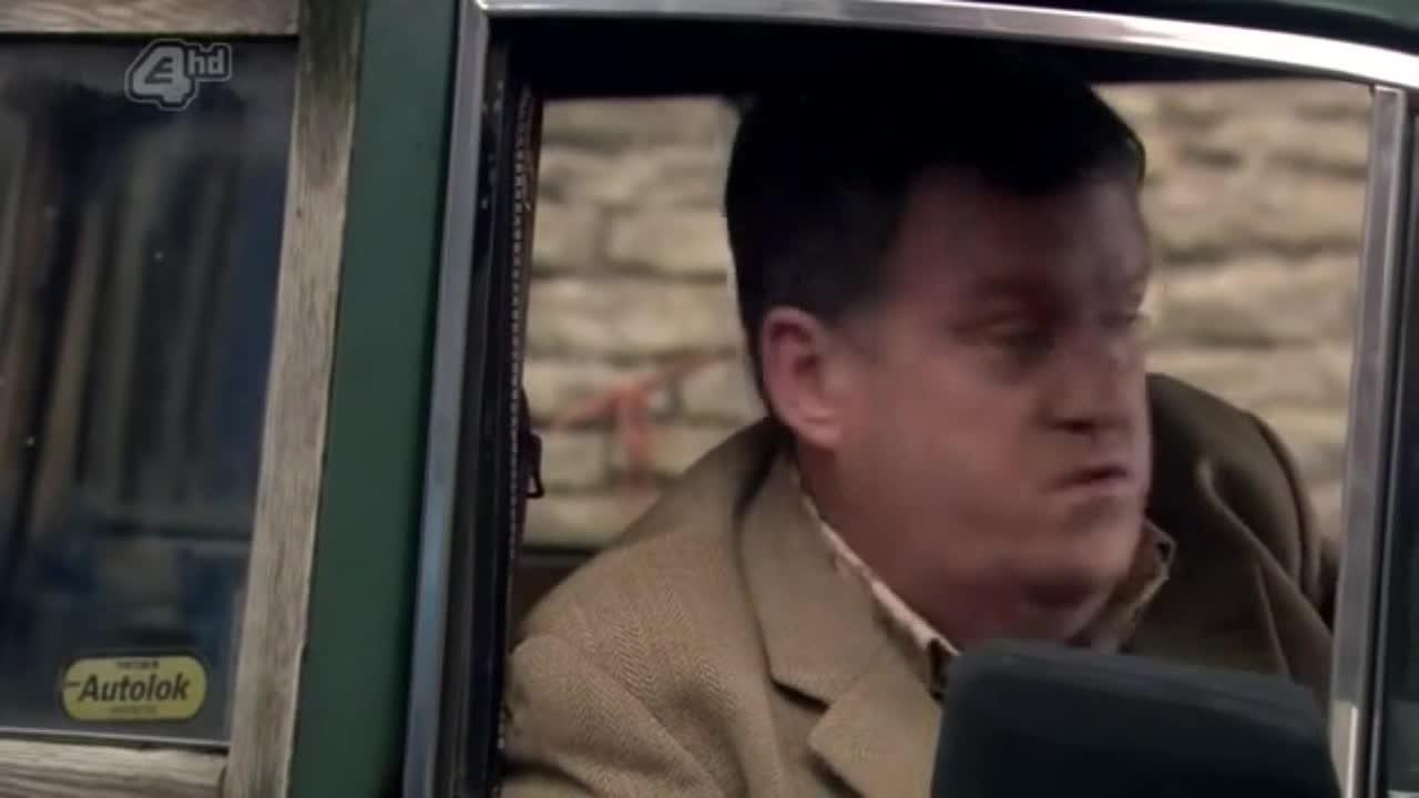 男子准备要开车走的时候,突然有人把路挡上了