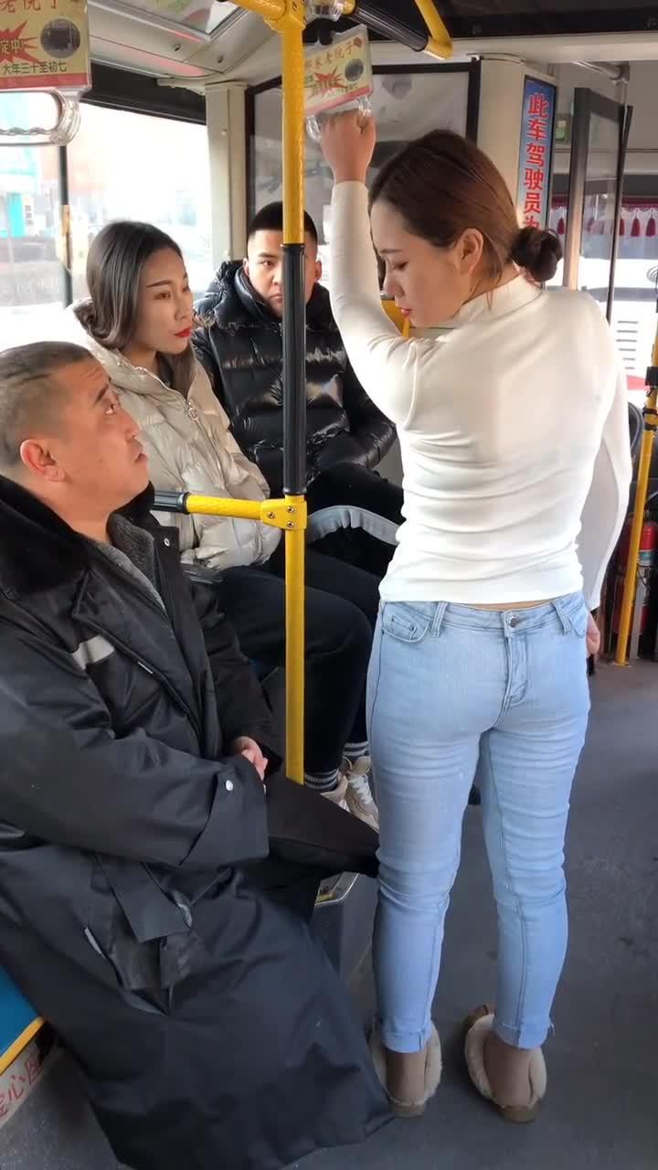 #搞笑趣事#老妹,你裤子穿反了
