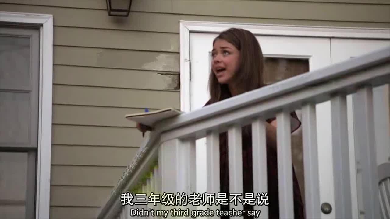 女子在屋外收拾,女儿过来问她问题,丈夫也加入了进来