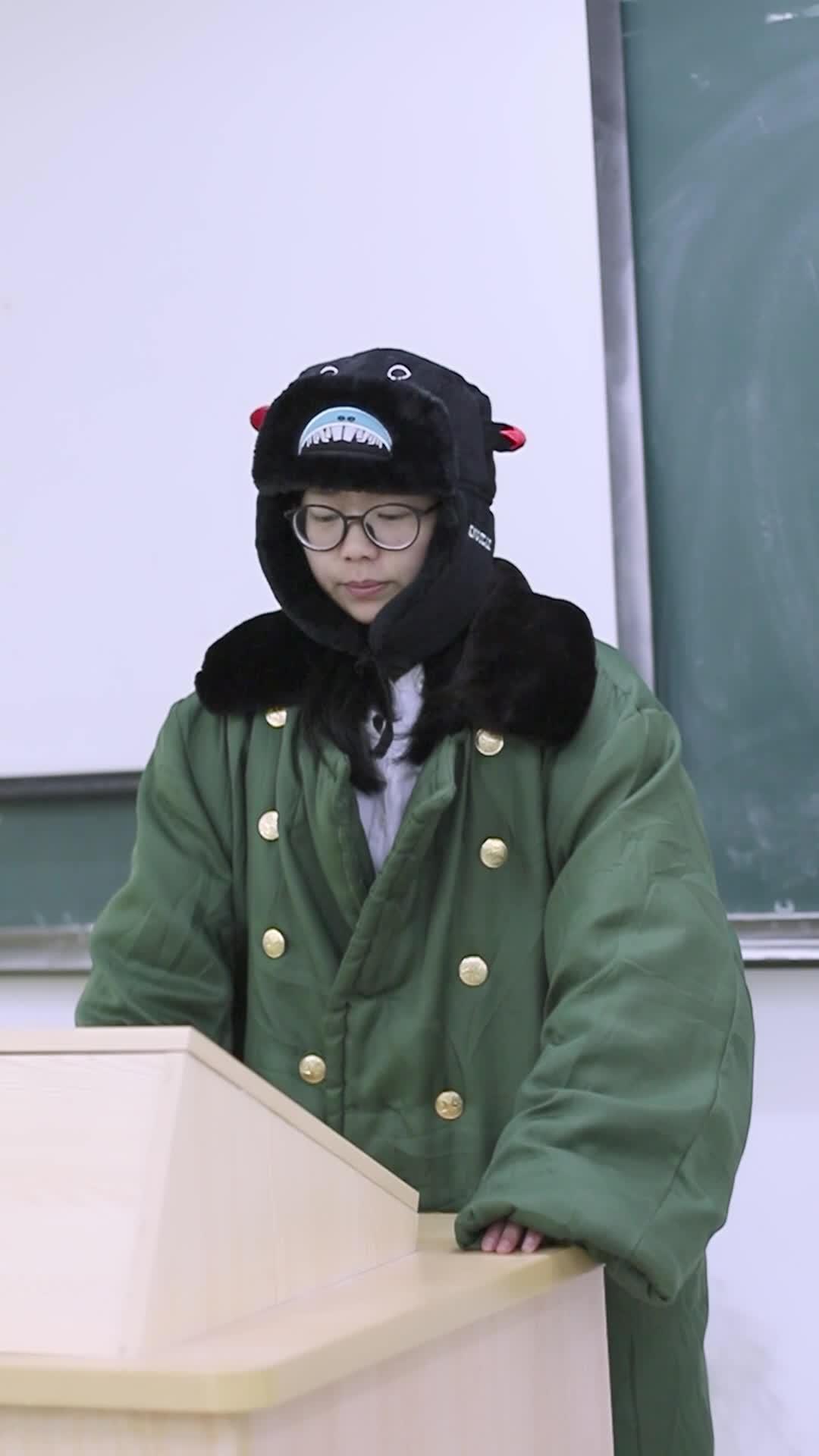 #搞笑趣事#身穿大衣的老师走进教室,不知道的以为老师要去北方过冬呢