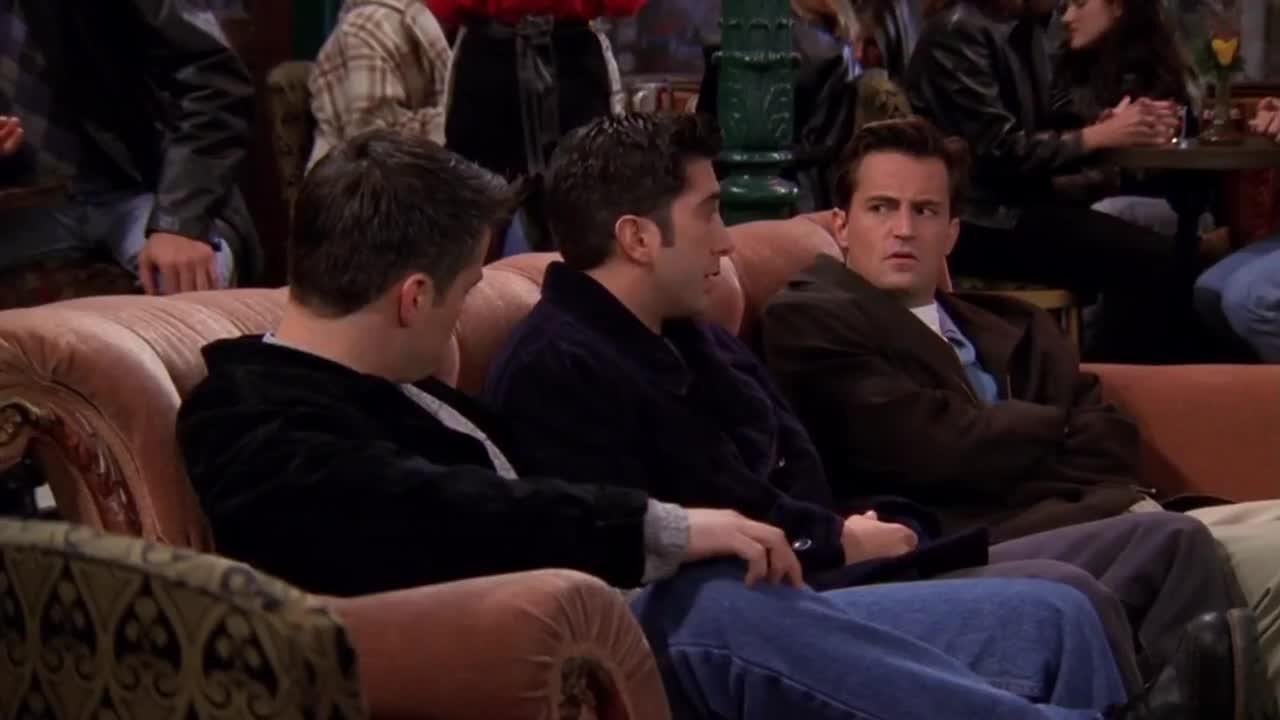 三男子走进店里,面露愁容瘫坐在沙发上,而后竟然说起这些