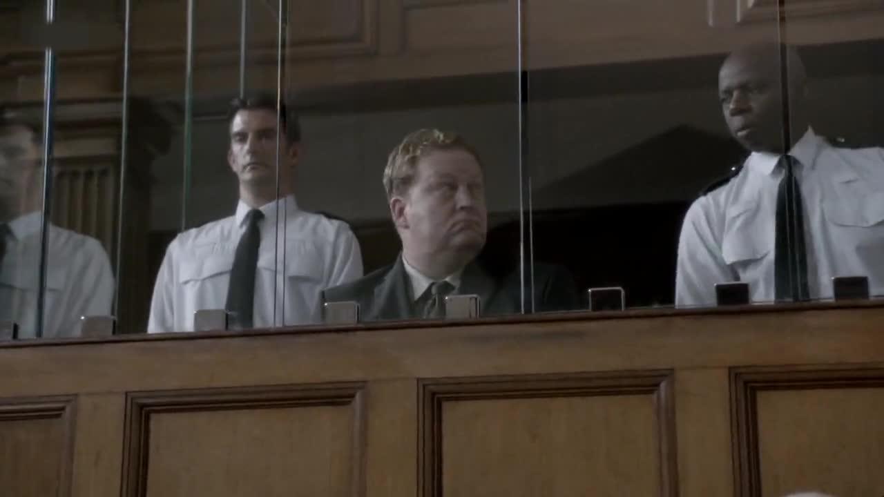 面对律师的质问男子情绪崩溃,给大家看了他受刑的脚,太可怕了