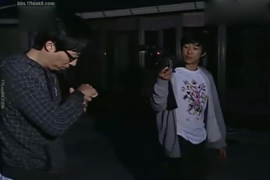 刘在石在看表,金钟国竟然给他拍照?