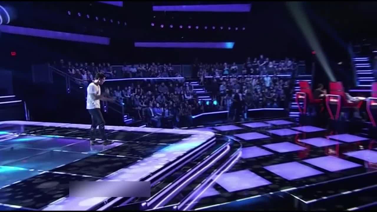 再次前来挑战的歌手获得三转,导师们都为他的进步鼓掌