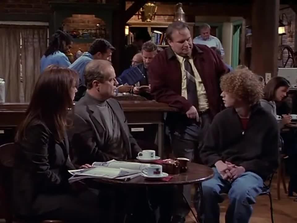 男子在和卷发男孩讨论时,胖男人突然跑过来,说要介绍个美女认识