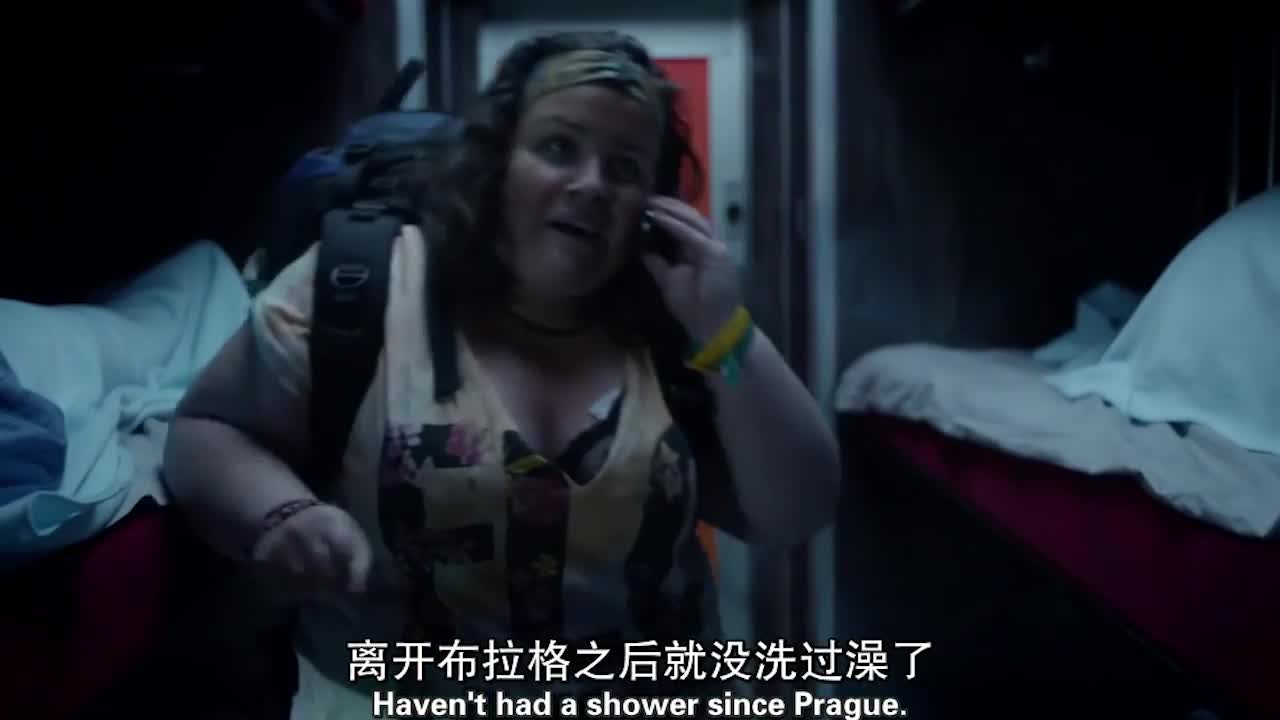 一巨胖女进卧铺车厢后,不仅大声打电话,出去竟然还不关门