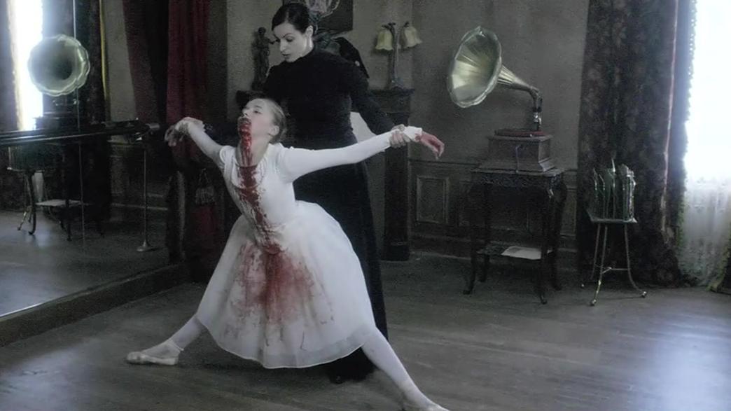 #惊悚看电影#妈妈逼迫女儿跳舞,甚至踩断了她的脊椎,改造成人偶继续跳舞