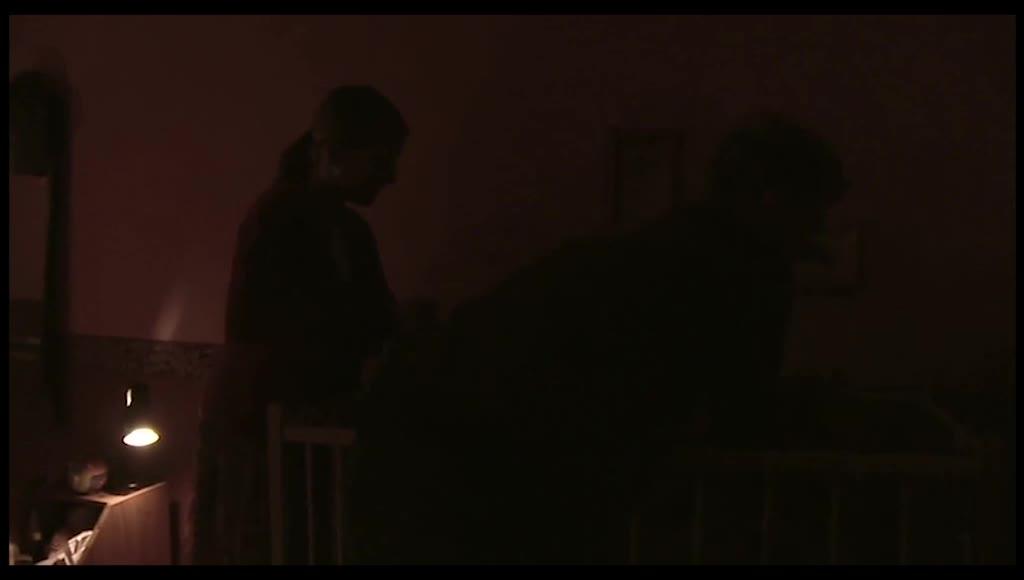 睡着的小女孩被送回房间,女人和歌手坐在门台阶上听歌