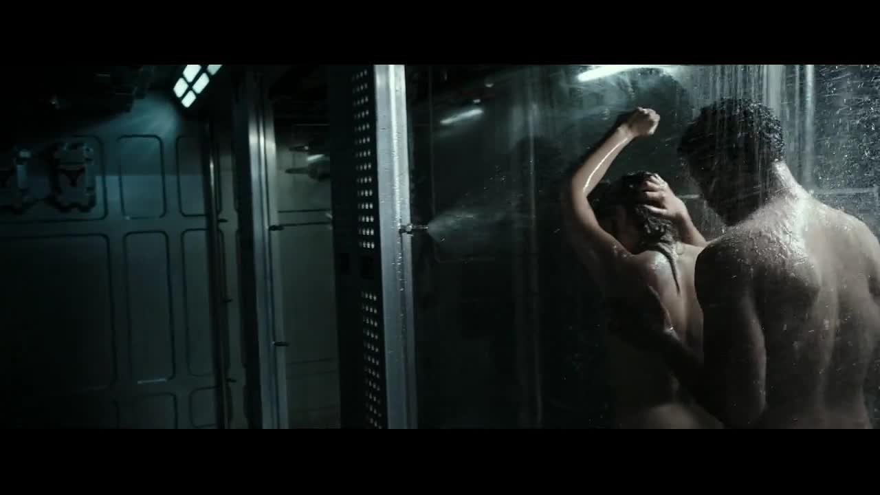 美女和黑人在洗鸳鸯澡,一个怪物飙了出来