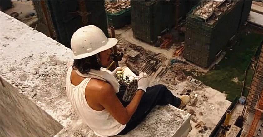 #经典看电影#《长江七号》周星驰坐在工地楼顶吃盒饭,看的我腿都软了