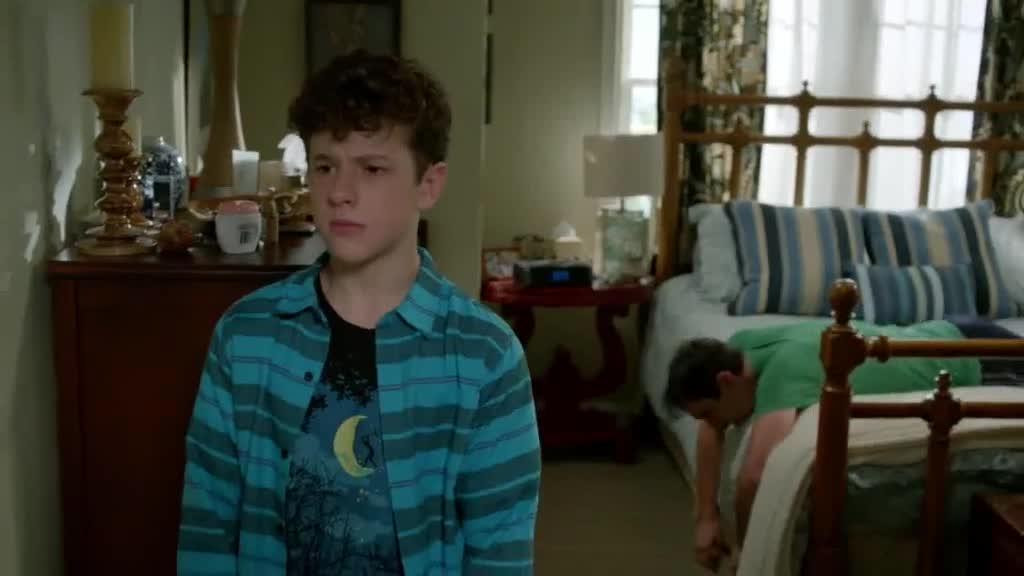 男孩准备离开,父亲终于累倒,告诉男孩事实