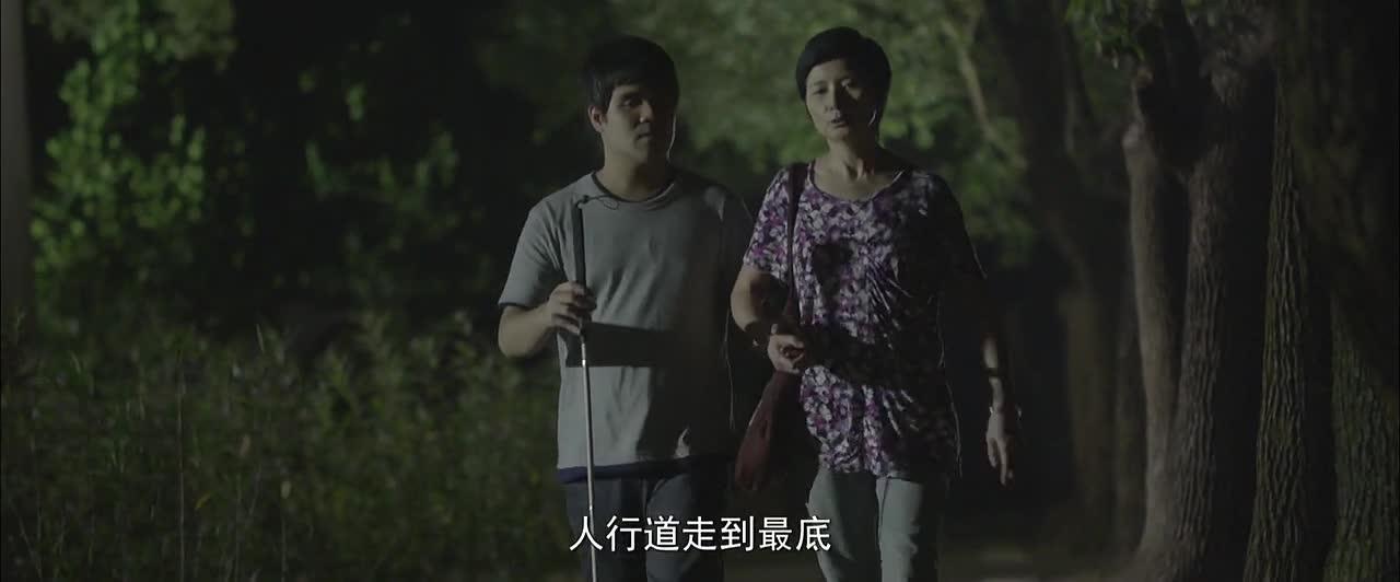 盲人小伙实属不易,上个大学都要母亲陪在左右,看了让人唏嘘