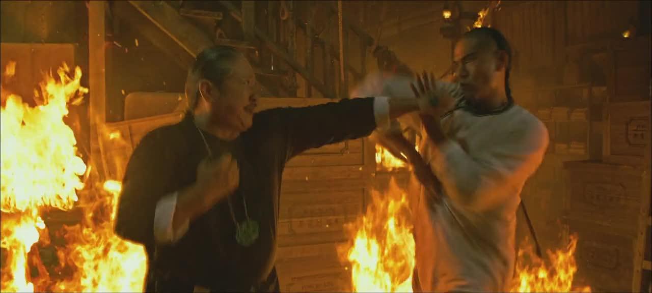 这场火中打斗堪称电影最精彩的部分,真的太危险了!