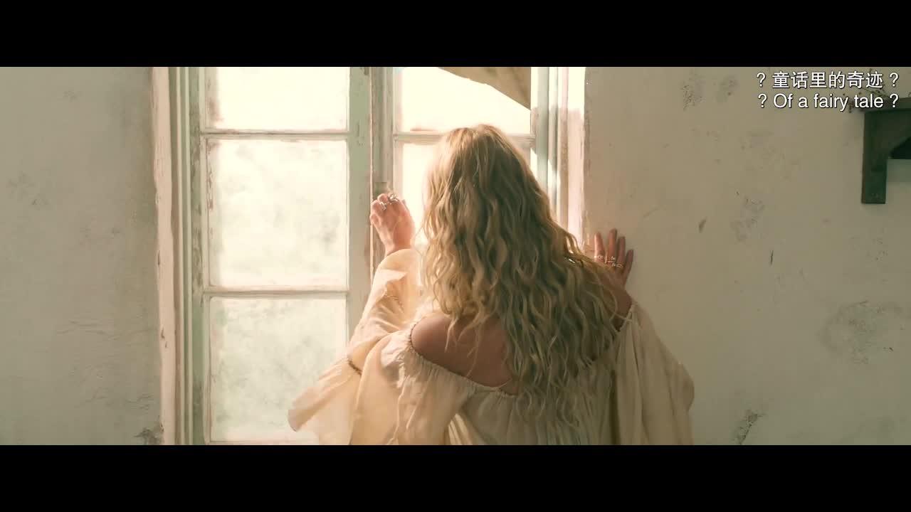 女孩在庄园中推开门,两个壮汉拿出抱枕,通过扶手向下滑行
