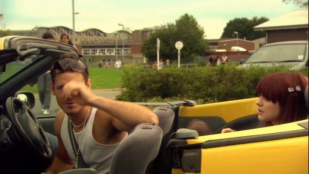 男子坐在车里,很是得意,还是小心点好