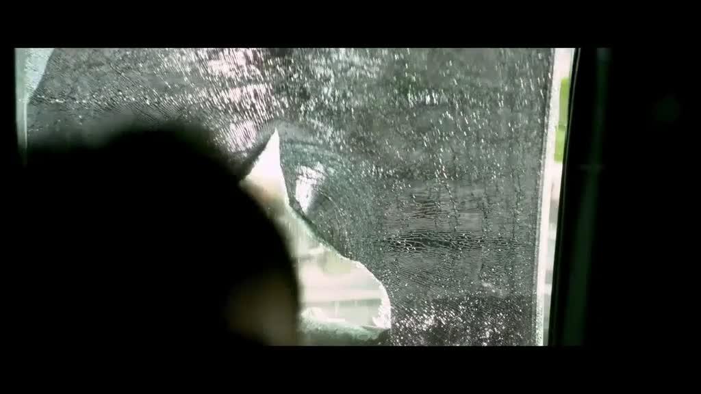 丧礼现场,几个人在车内拍照,被敲碎车窗