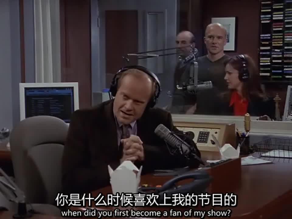 电台里来了新客人,是盖茨先生,女主播显得格外开心