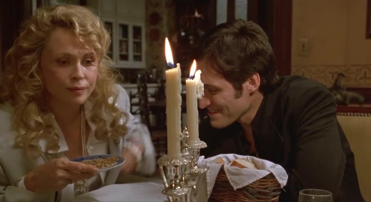 小伙趴在桌子底下,亲美女大腿,太恶心了
