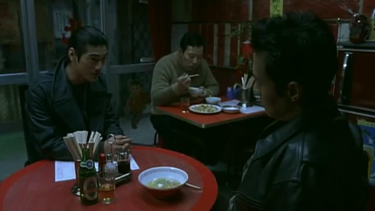 小伙跟男子做交易,筹码竟然是国籍,不料男子一碗面条直接泼过去