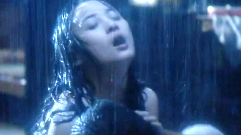 小情侣情到深处,在雨中浪漫的场面太大胆了!