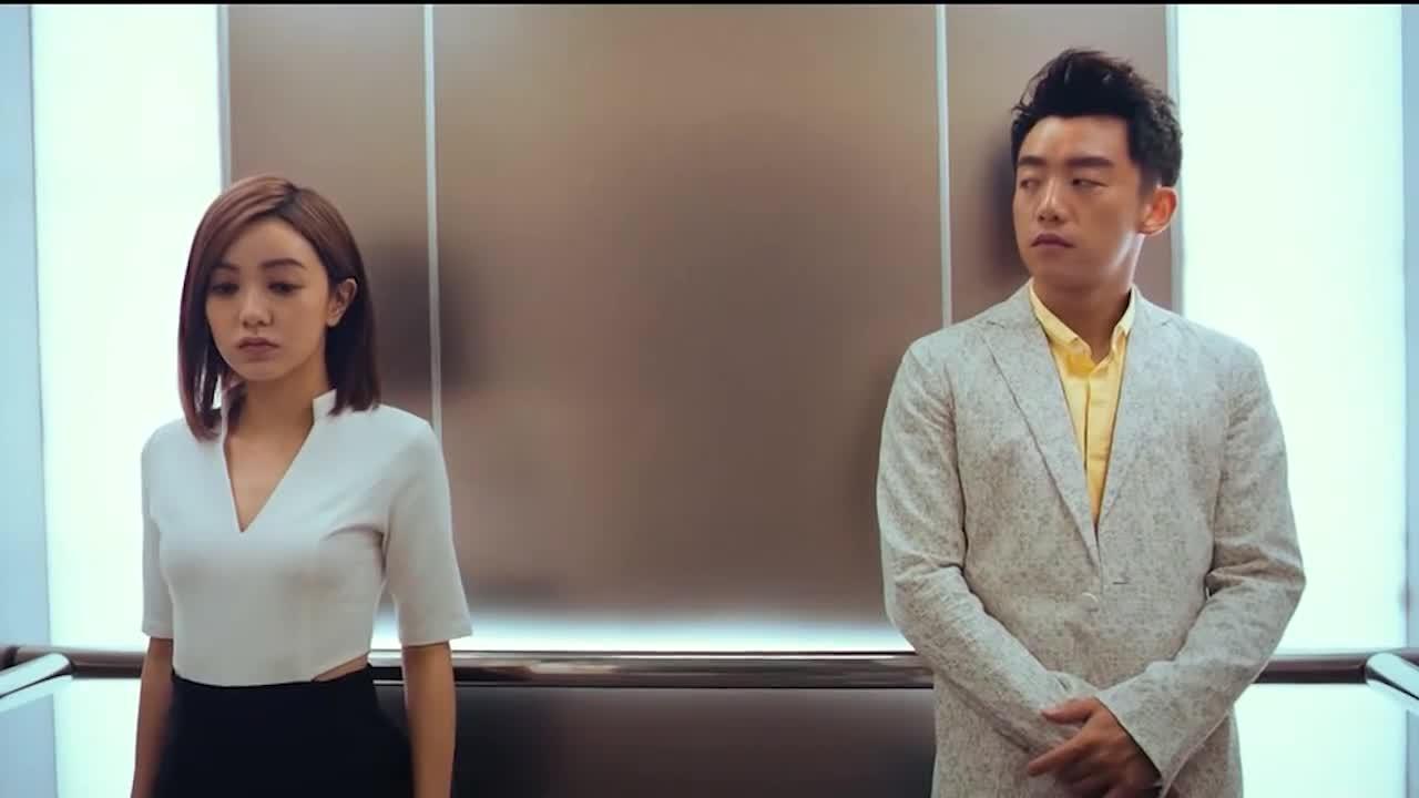 #经典看电影#电梯里遇见前男友,有点尴尬啊