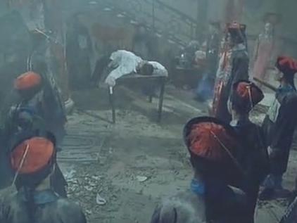 俩男子混入僵尸群,发现僵尸在吸人血,不料竟被僵尸发现是活人!