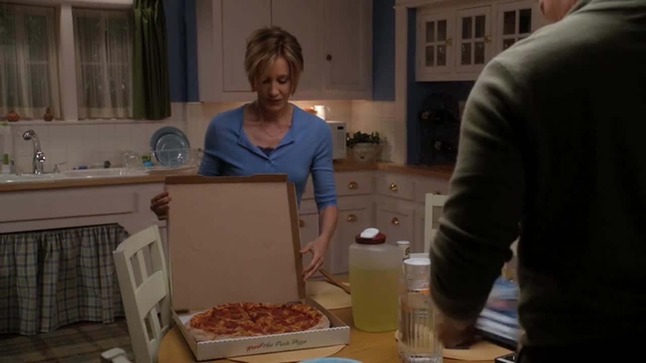 餐桌上,女子看到丈夫买了自己不喜欢的食物,场面一度尴尬