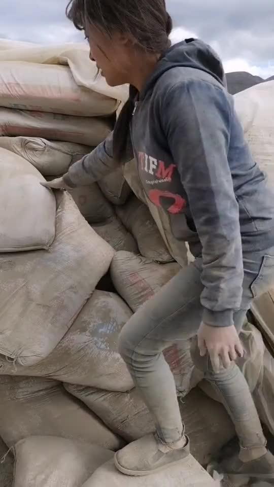 #小姐姐爱生活更爱你#在西藏修公路的时候