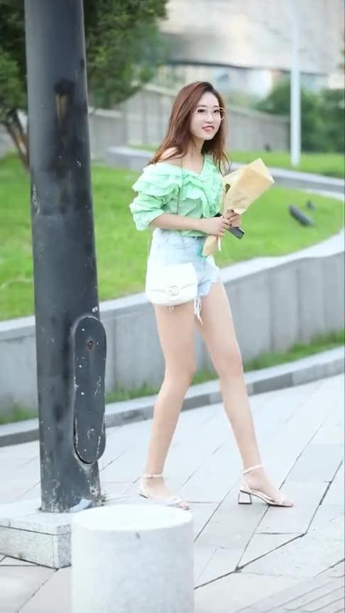 #美女自拍#对有点肉肉的女孩子毫无抵抗力。据说是20岁的男生都会喜欢吧