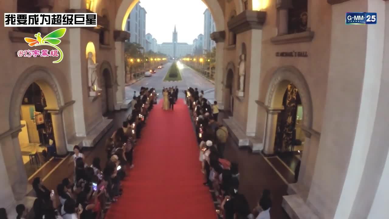 男主跟女二走红毯,女主第一次走红毯,比较兴奋