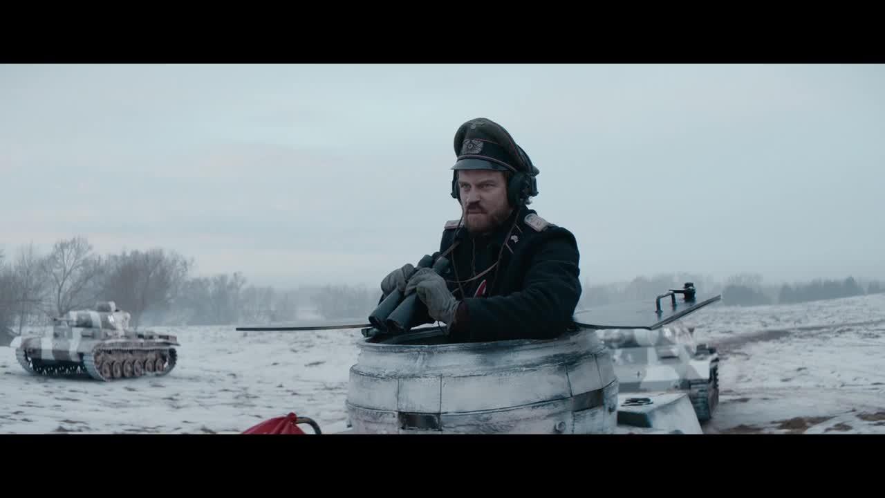 小伙们被坦克追击,幸好指挥官聪明,总算逃过了一劫