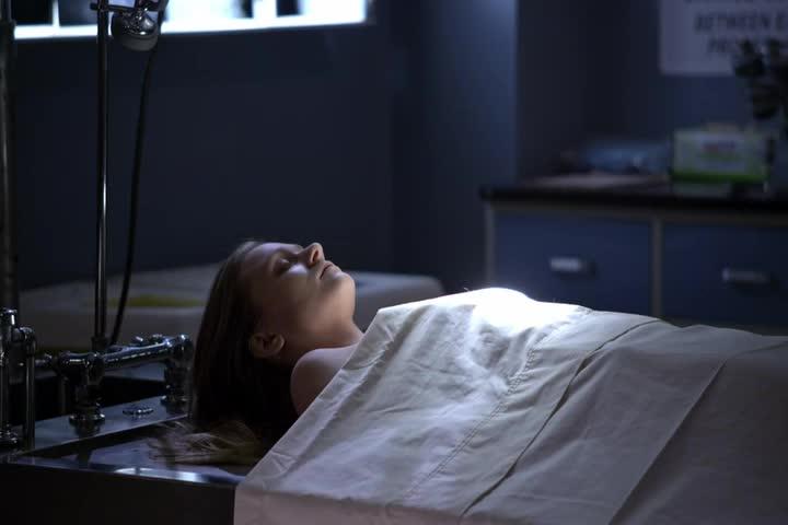 女侦探想到过往,脸上瞬间不淡定了,看着尸体发愣!
