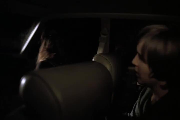 一男一女开车出去,竟只是为了往别人门口撒玻璃碎片