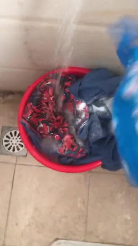 #搞笑#男孩子都是这样洗衣服的吗?