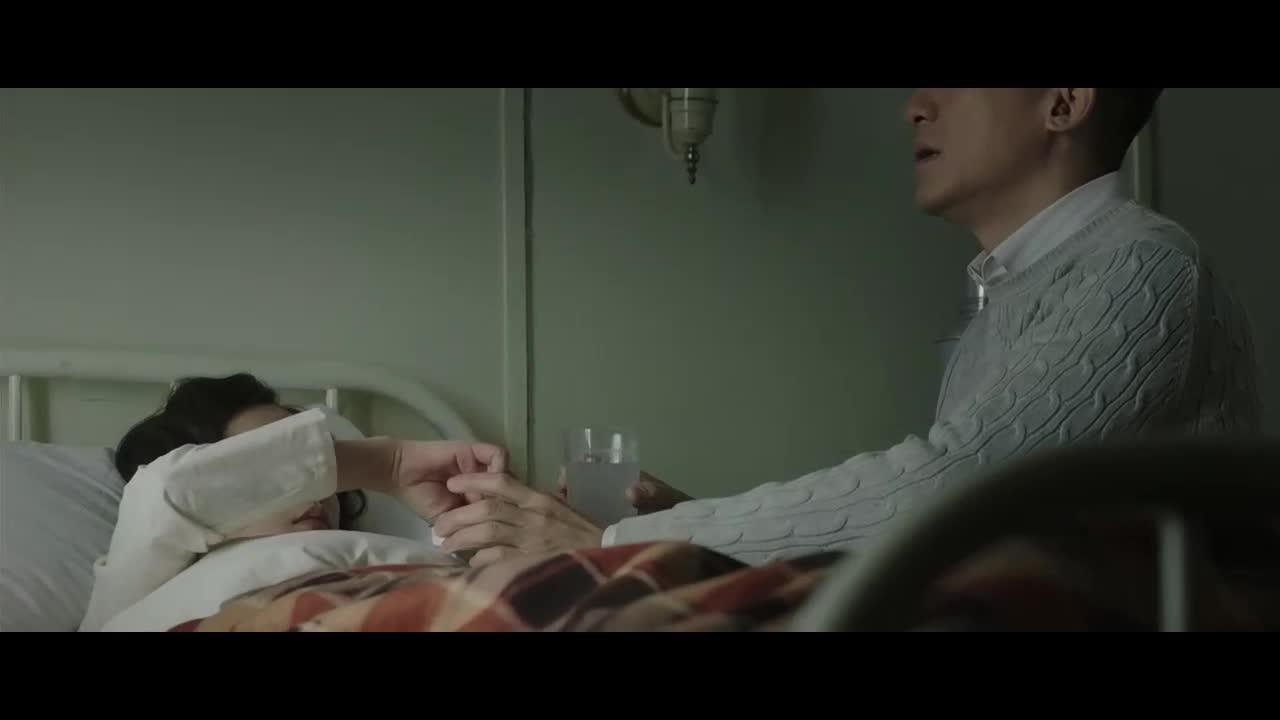 女主躺在病床上,男主一直在照顾女主,指挥官与女主交谈工作