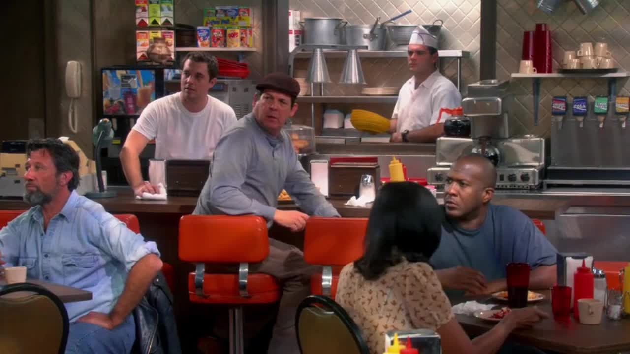 四个博士穿着星际迷航里角色的衣服进入餐厅,被疯狂嘲笑