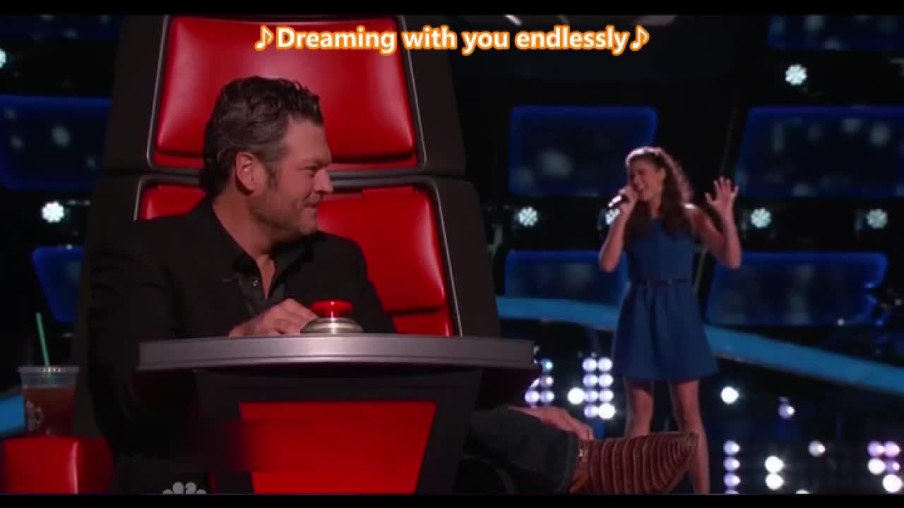 紧张的小女孩还是用歌声打动了亚当和布雷克,他俩总是同时转身