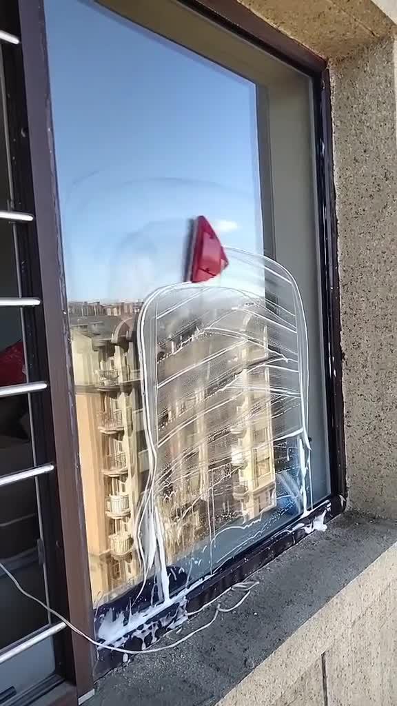 #搞笑趣事#全自动擦玻璃神器,一块玻璃消耗一只老公