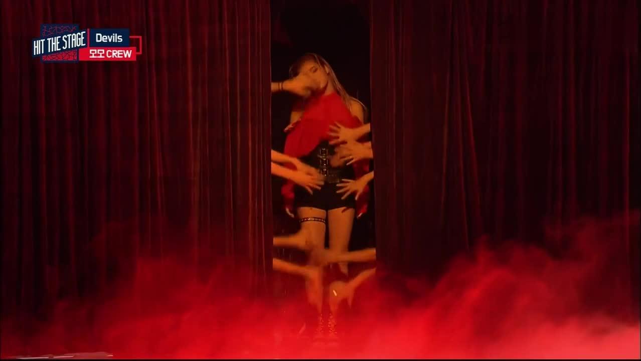 #舞蹈#美女正在跳性感舞蹈,却被一男子成功抢镜,这男子厉害了!