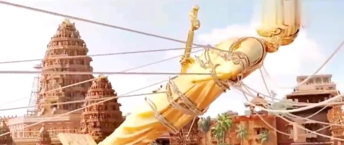 #新年套路#雕像眼看就要砸向人群,国王却淡定的说,让他们砸死吧