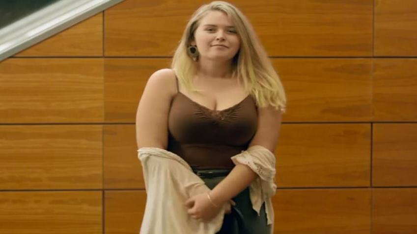 #电影最前线#240斤胖妞过度肥胖,被周围的人视为怪胎,减肥成功后美丽无比