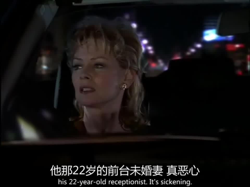 男子开车差点撞车,只因为车上的那名女子,她做了这件事!