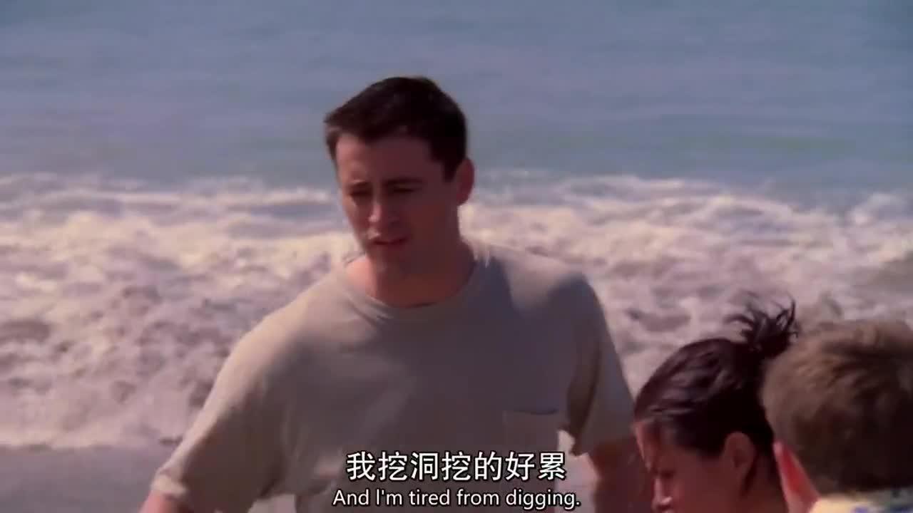 男子在沙滩上挖了个洞,叫来一旁的朋友观看,却发生这样的事